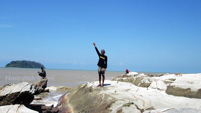 Bebatuan di salah satu sudut pantai Benteng Portugis