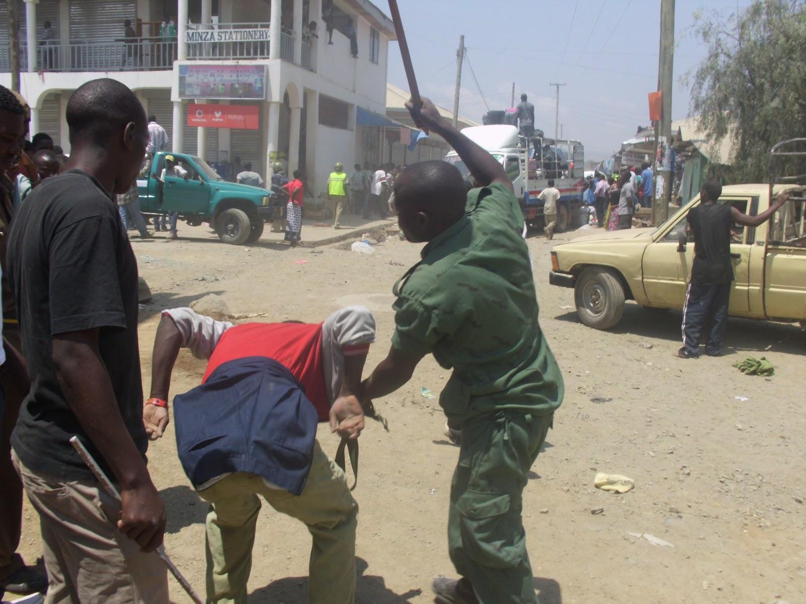 Askari wa JKT wakimuadhibu mualifu au Kibaka