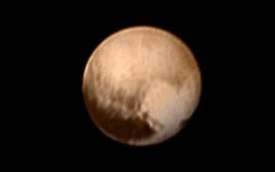 Hipernovas: Últimas Imagens de Plutão Enviadas Pela New Horizons Revelam Um Grande Coração em Sua Superfície [Artigo]