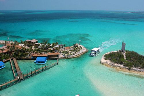 ilha com a água do mar azul claro e um barco