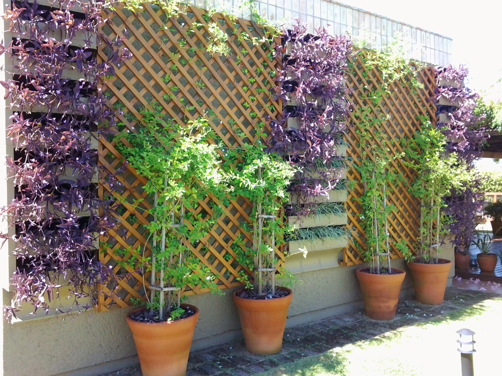 trelica jardim vertical:Jardim vertical executado com peças de cerâmica e madeiras em