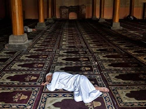 Tidur di masjid (ilustrasi tafsir mimpi)