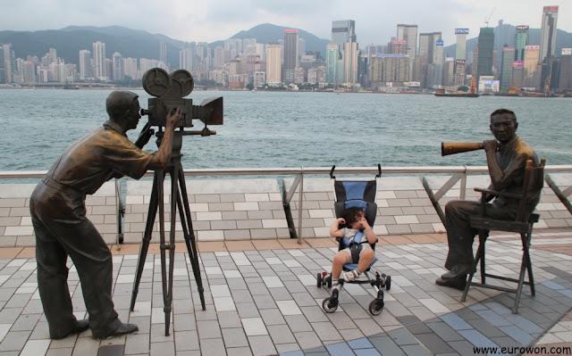 Sonia posando con las estatuas de la Avenida de las Estrellas de Hong Kong