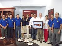 Gobernador de Rotary con miembros del Club Rotarios de Olanchito
