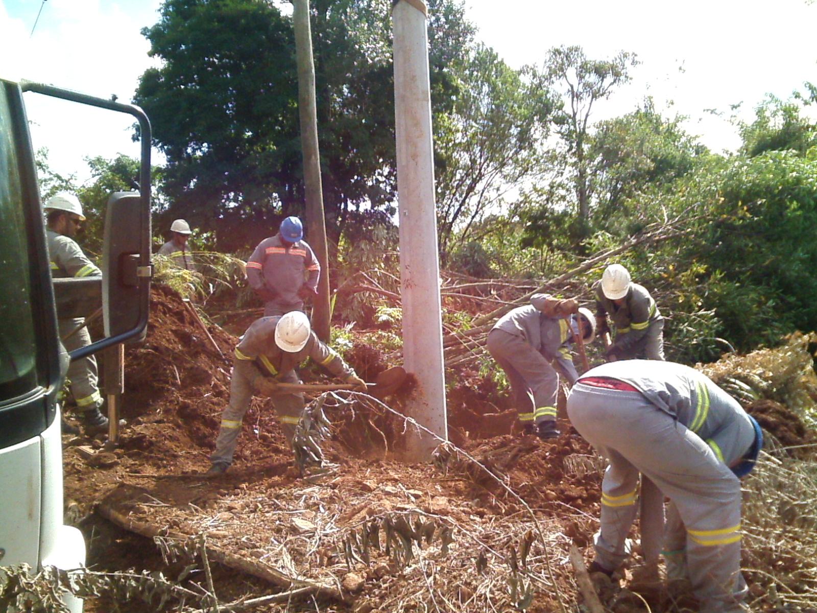 Implantação de postes de energia elétrica