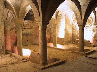 Cripta luogo nascosto sotto la pavimentazione di chiese, cattedrali e cimiteri