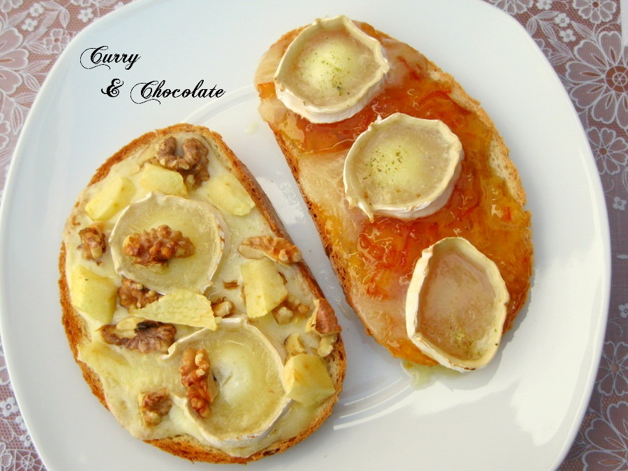 Tosta de rulo de cabra sobre mermelada de naranja agria y tosta de rulo de cabra con manzana y nueces
