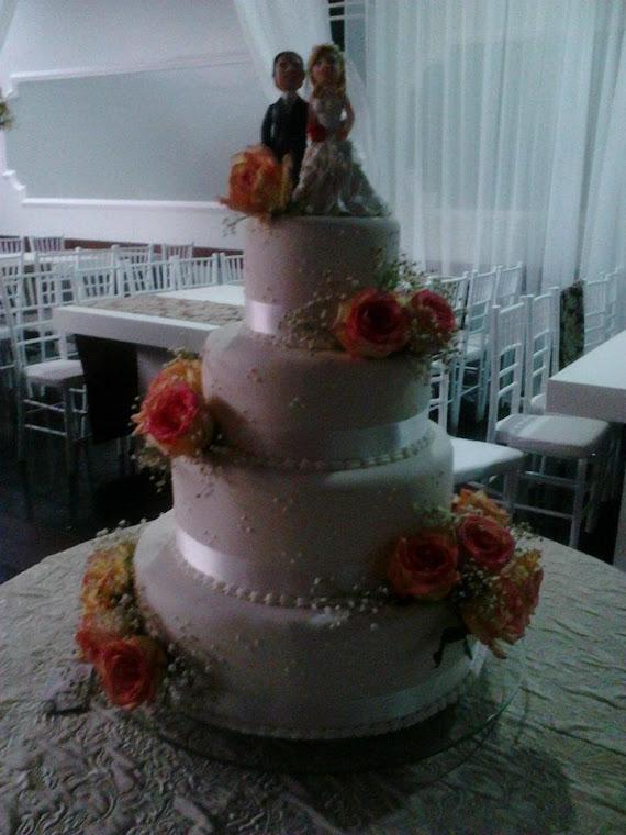 Bolo de Casamento com Rosas Naturais