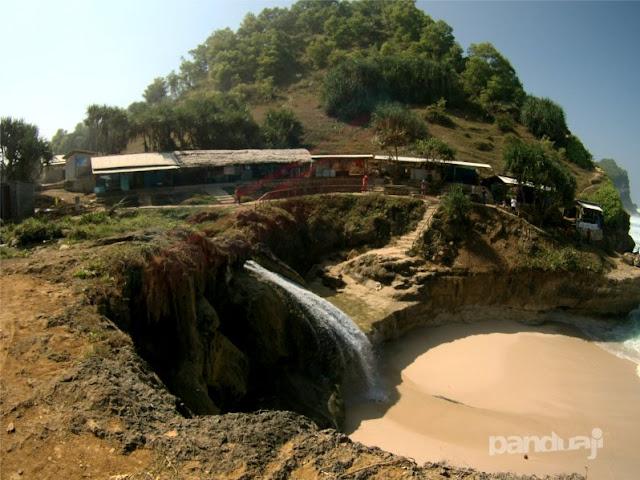 Air Terjun di Pantai Banyu Tibo Pacitan