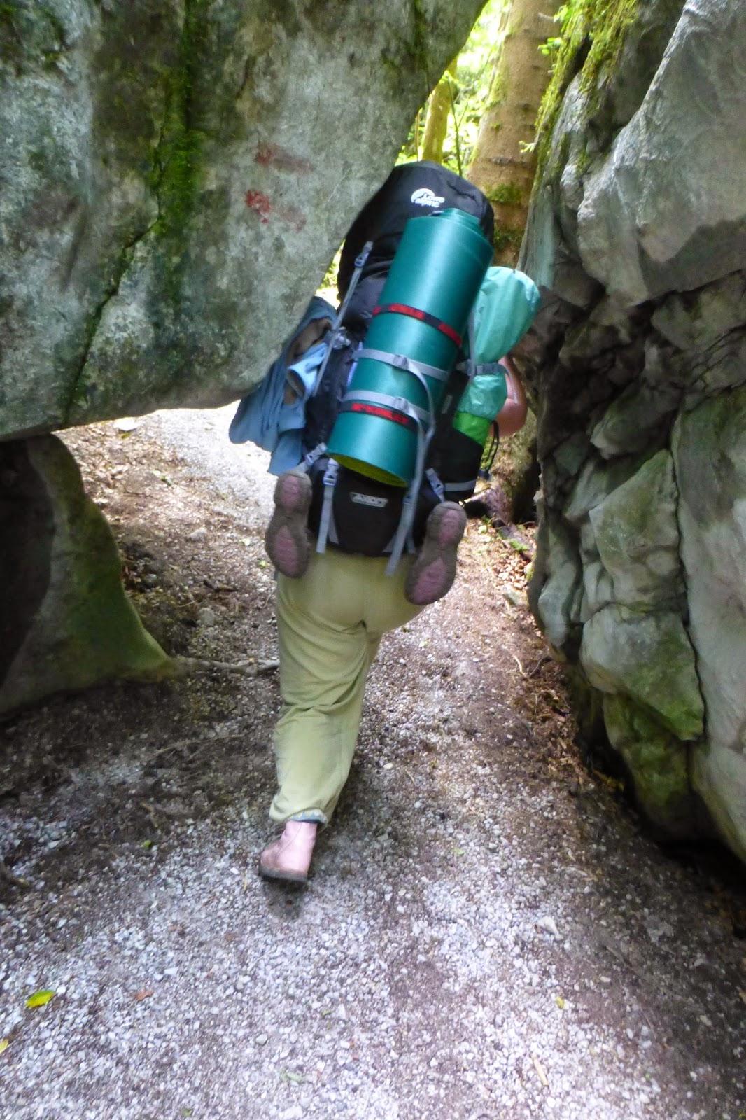 mit dem rucksack durch die steine