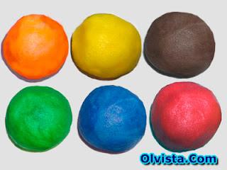 Contoh plastisin bulat sebelum dibentuk,   sebelum diberikan gaya plastisin berbentuk bulat