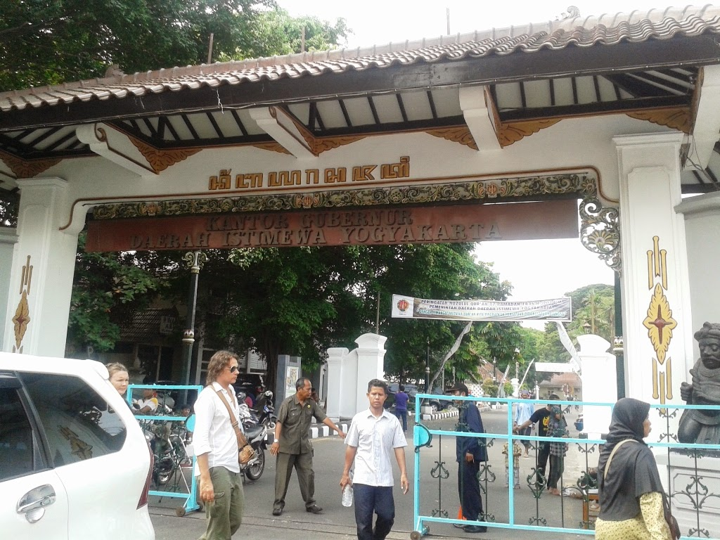 Pintu gerbang menuju masjid dari jalan Malioboro