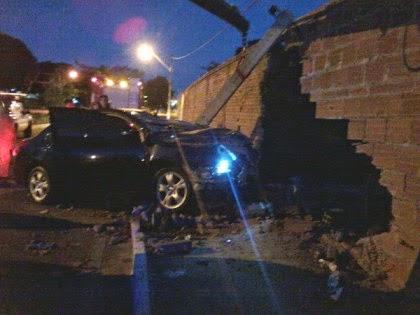 Carro bateu em poste na madrugada (Foto: Blog do Anderson)