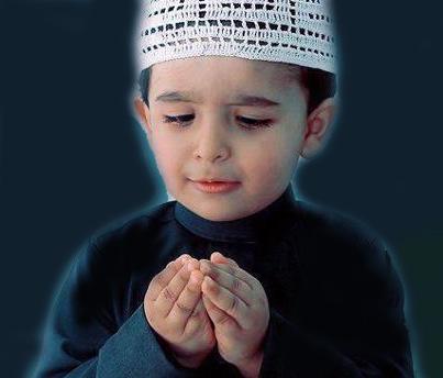 Gambar anak sedang berdoa khusuk