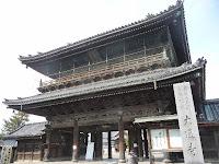 大通寺の山門は33年掛かって落成した