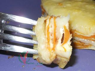 Trozo de tortilla pinchado en un tenedor.
