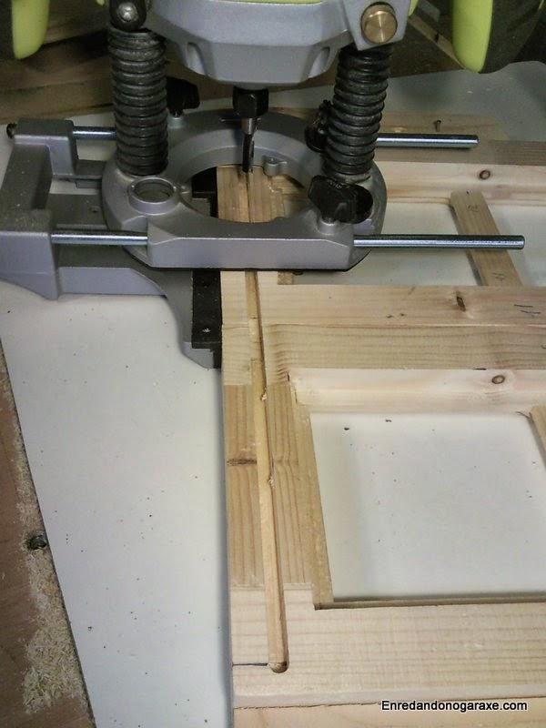 Fresando fácilmente ambas ranuras donde deslizan los pins de la puerta. Enredandonogaraxe.com