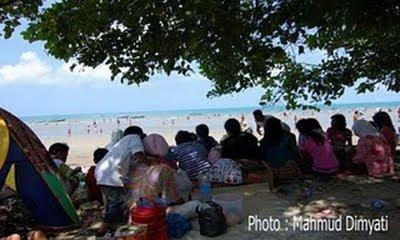 Pantai Gedambaan Padat Pengunjung