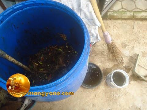 Proses pembuatan pupuk organik padat dan pupuk organik cair.