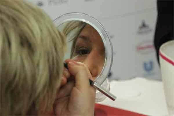 Paciente oncológica aprendiendo a maquillarse