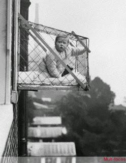 Criança dentro de uma gaiola
