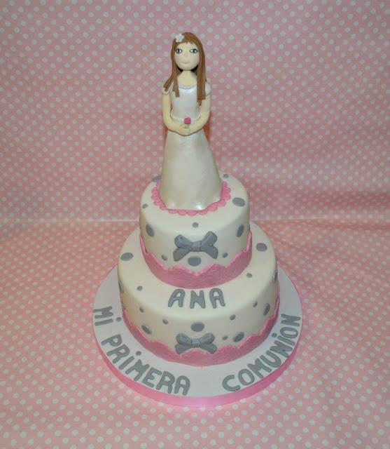 tarta pisos con modelado niña muñequita de comunion personalizada en pasta de goma, fondant, tarta, topper cake base a juego cinta de raso