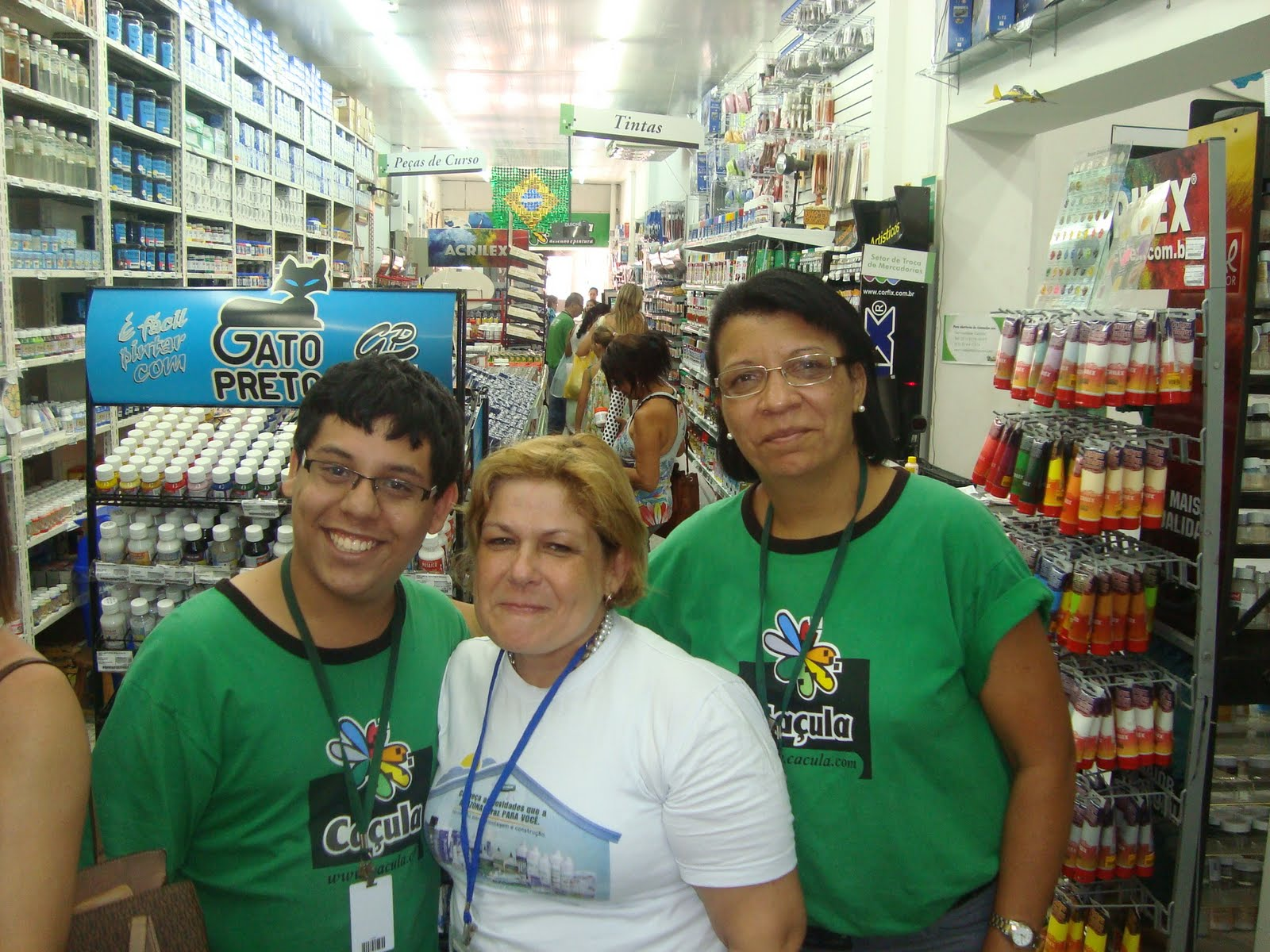 b72cbcf2efc NINA RODRIGUEZ  DEMONSTRAÇÃO DA COLA aMAZONONAS NA LOJA CAÇULA RUA ...