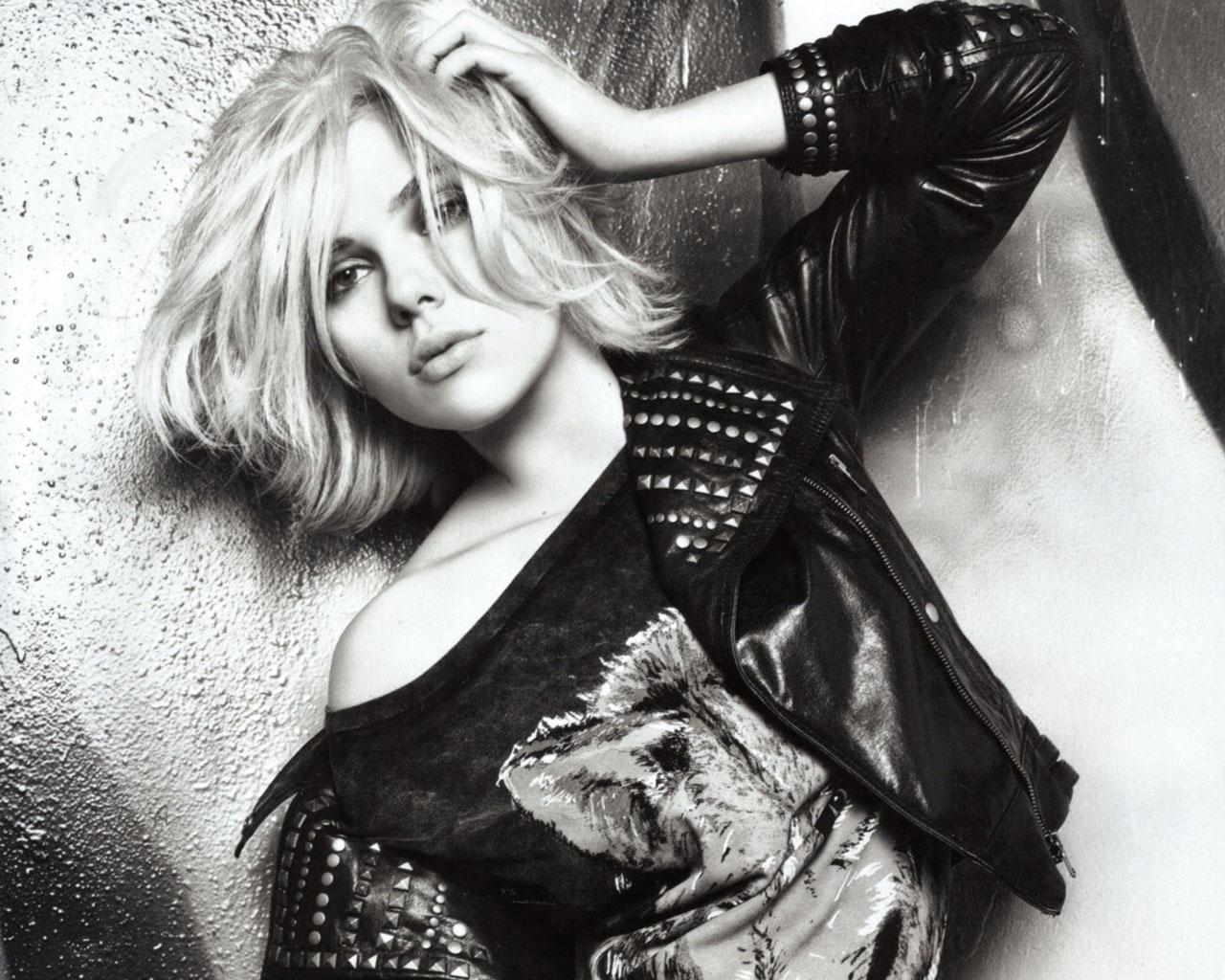 Scarlett Johansson Hot HD Wallpaper