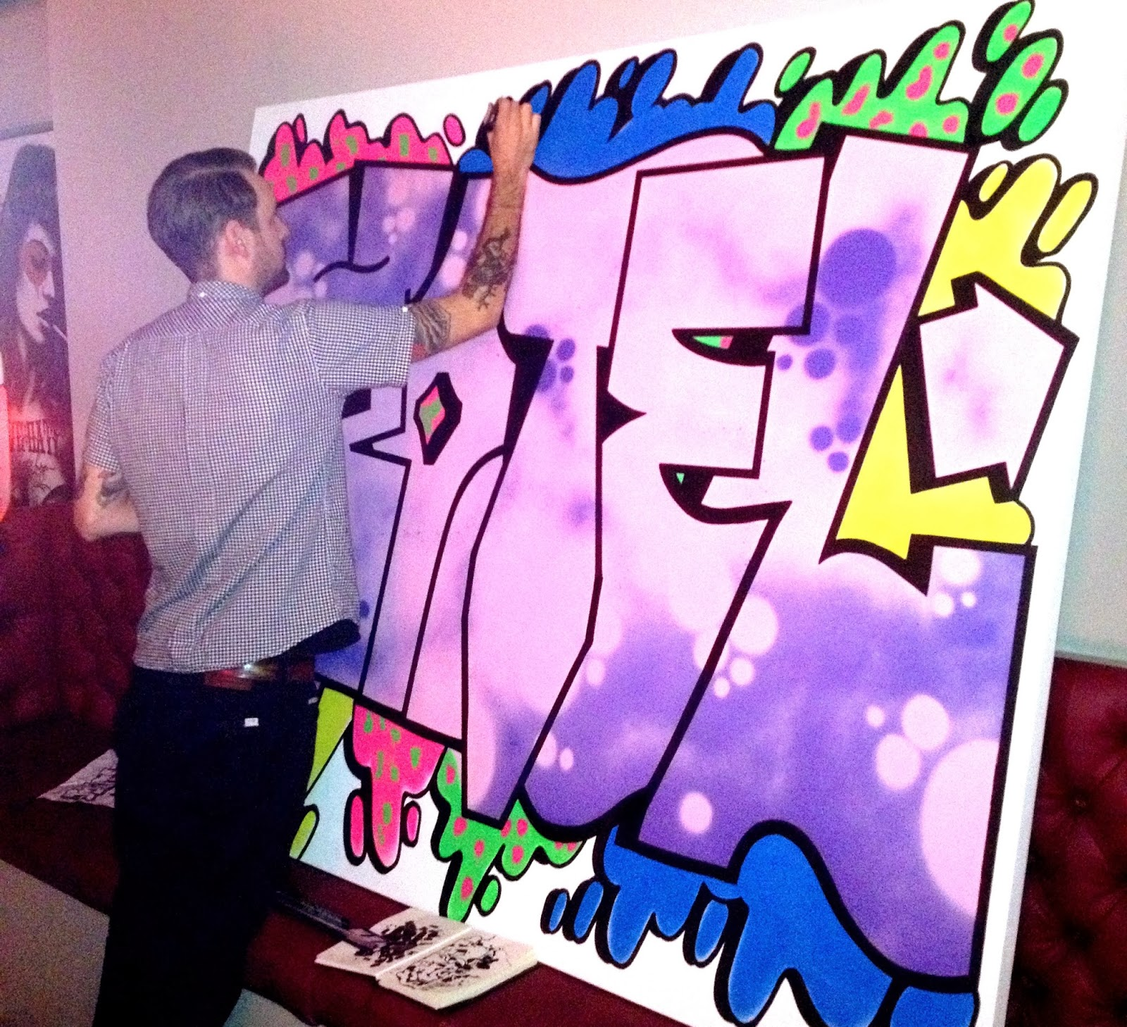 Live_graffiti_artist_at_fashion_event