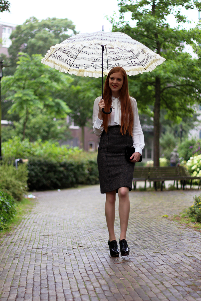 Fashion blogger outfit ootd red hair lips tweed skirt high waisted umbrella rain dutch amsterdam