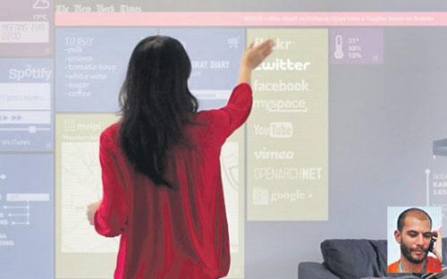 TEKNOLOGI Openarch mengubah dinding ruang tamu menjadi paparan komputer. (Gambar kecil, Cuervas-Monshe)