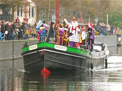 Sint en zijn Pieten komen aan in Katwijk - 2013