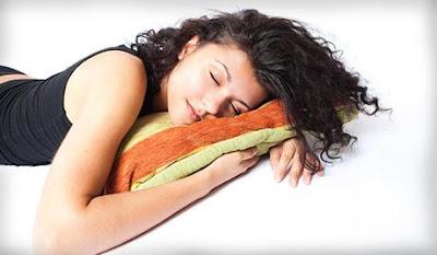 اكتشاف أسباب الكوابيس والأحلام المثيرة جنسيا  - امرأة بنت فتاة نائمة شابة - young woman girl sleeping
