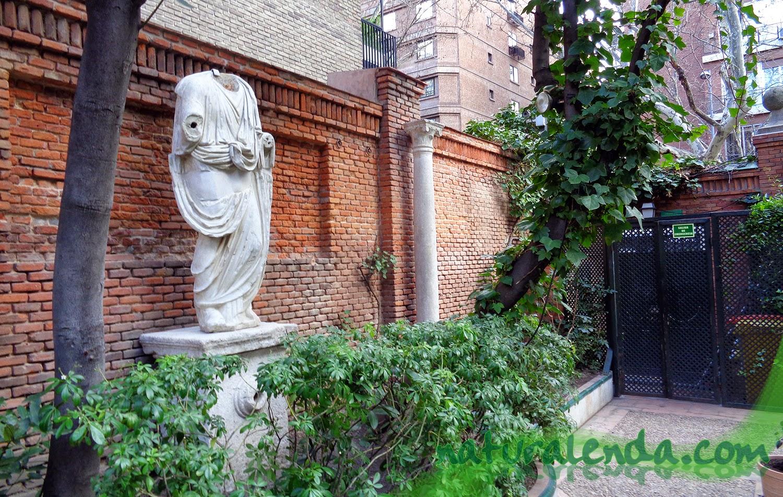 una estatua justo a la salida