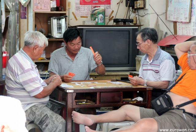 Hombres jugando a las cartas en la aldea Tai O de Hong Kong