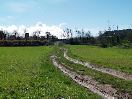 El Pla de Garet amb la masia del mateix nom i les antenes del Castellar