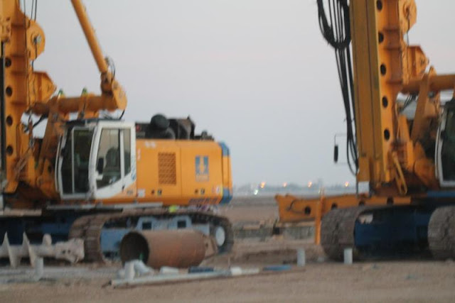 Picture of two pilling machines from front side on the Kingdom Tower construction site