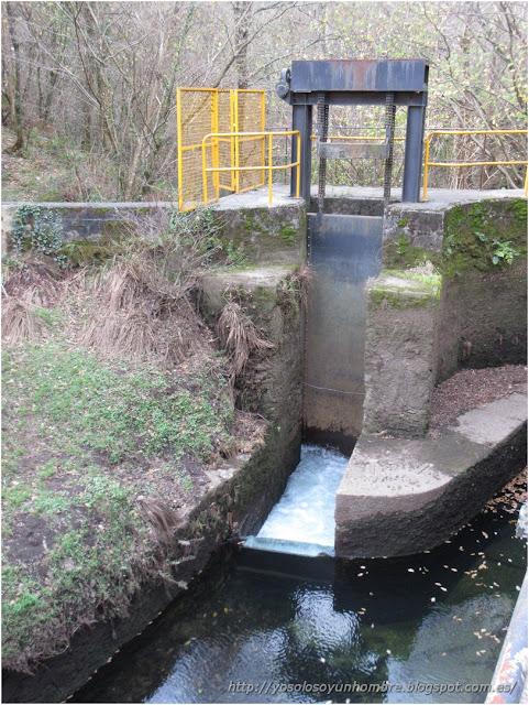 la presa de carga de agua del canal