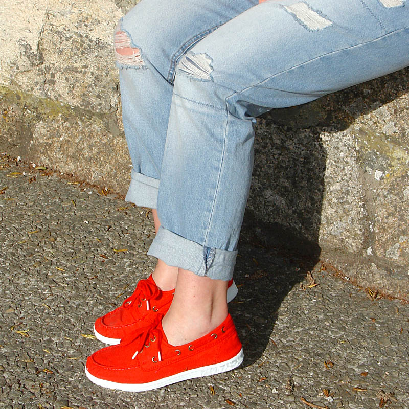 Vaqueros rotos con camisa roja-Ripped jeans and red shirt Visita www.forarealwoman.com  #moda #fashion #blogger Natural world sneakers