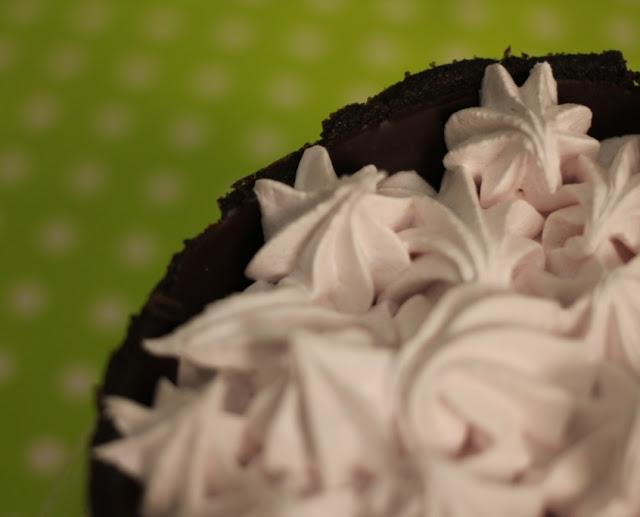 Tarta de Oreo, chocolate y merengue de fresa (El dulce mundo de Nerea)