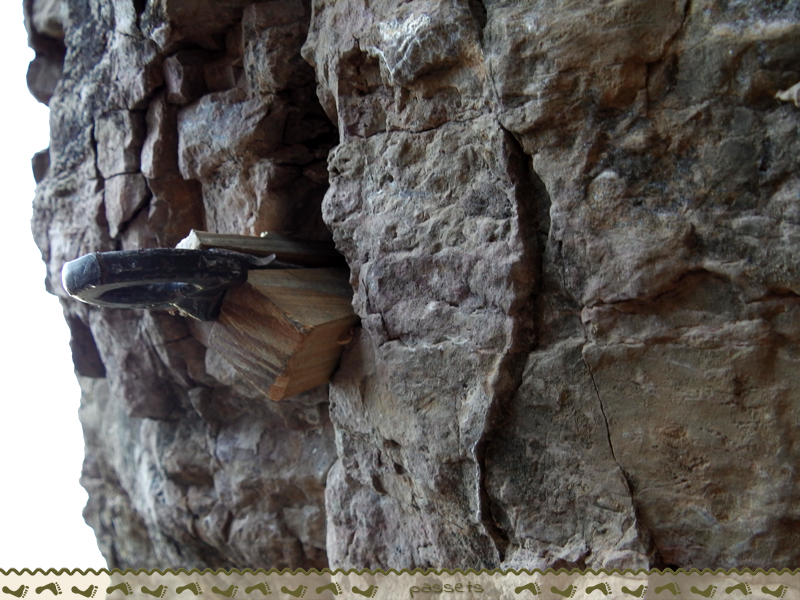 Clavo con tacos de madera - Anclajes escalada