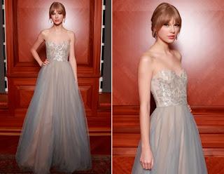 Taylor Swift com vestido com brilho estilo nude.