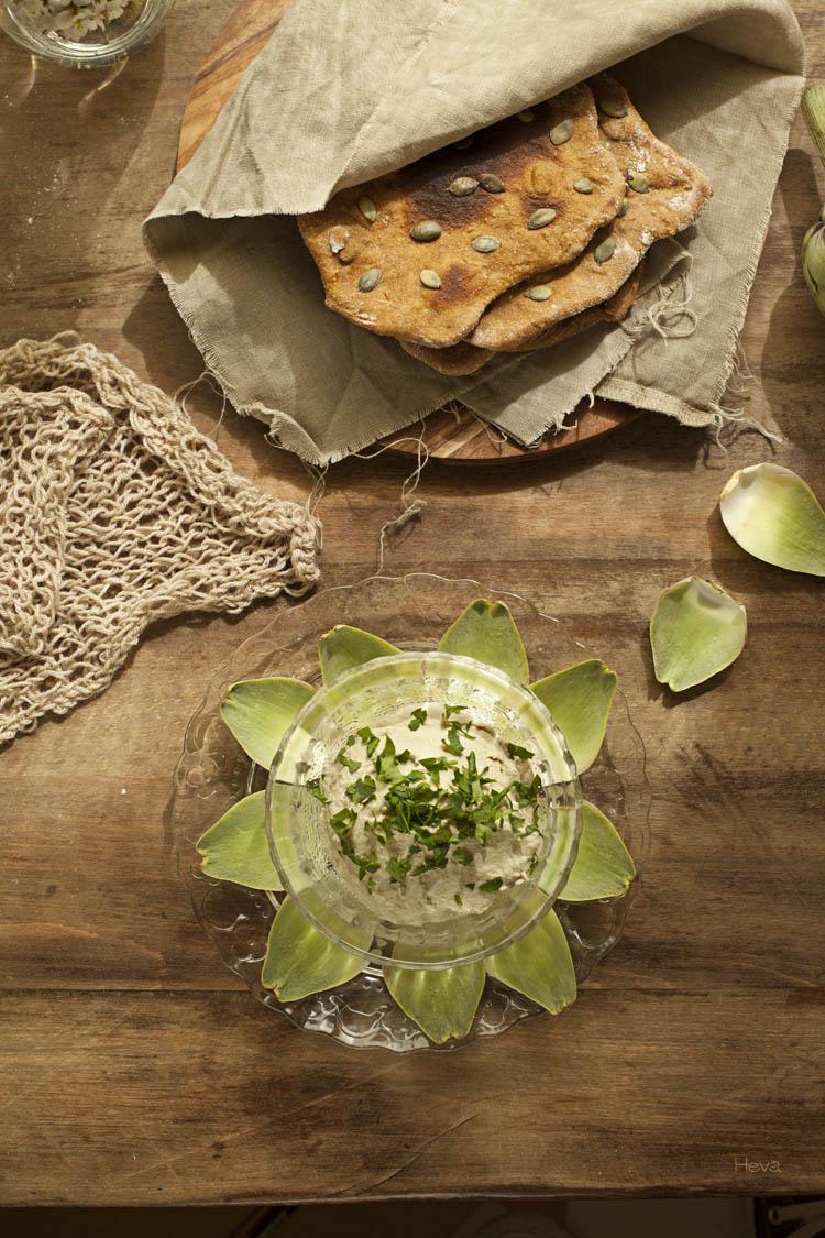Paté de alcachofas y pan plano de calabaza