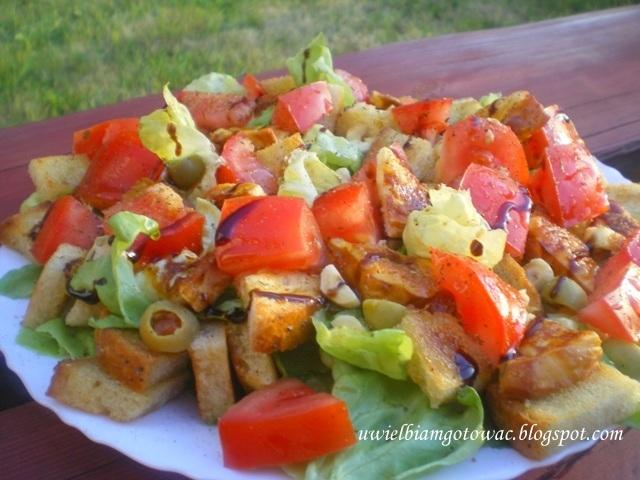 Sałatka z oscypkiem, pomidorami, oliwkami i grzankami