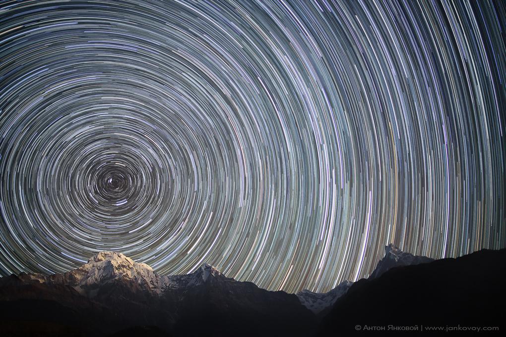 Star trails di atas Banjaran Himalaya