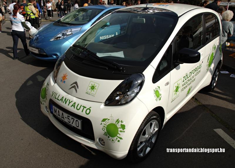 Az MVM Citroen C-Zeró típusú elektromos autója és egy Nissan Leaf  E-autó a Lánchídnál.