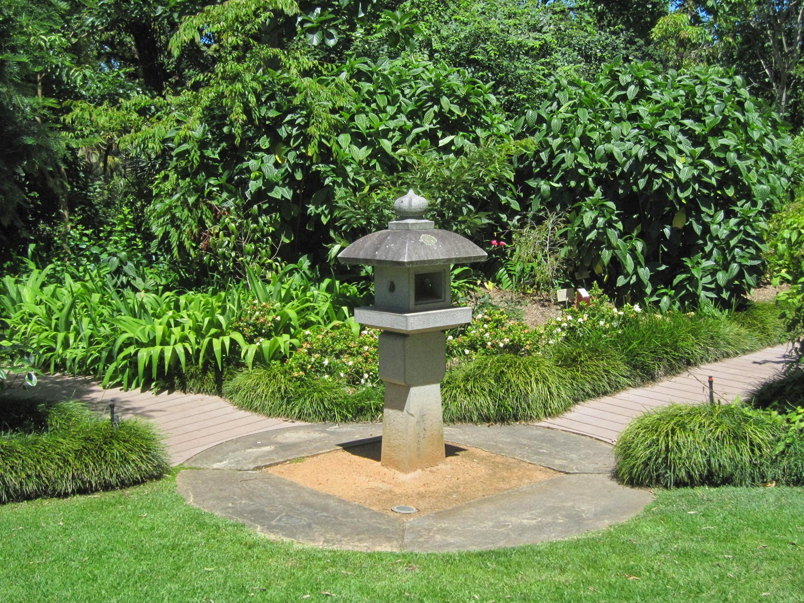 The gallery for how to make japanese garden lanterns for Japanese landscape lanterns