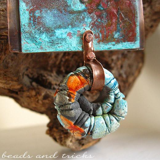 Pendente in rame con patina verde e arancio, ceramica raku