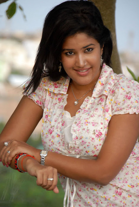 Sowmya In Jeans Cute Wallpapers gallery pictures