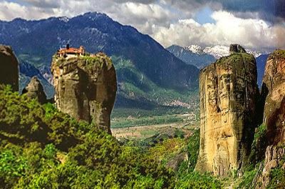 Penedos rochosos com mosteiros no topo, em Meteora